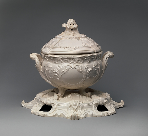 Tureen with cover and plateau