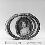 Box with portrait of a young girl with the initials DE
