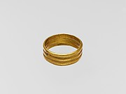 Gold ring with three horizontal ribs