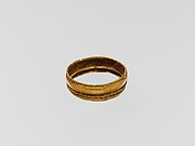 Gold ring with two horizontal ribs
