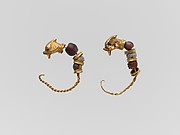 Gold earring with glass-paste bead and animal heads