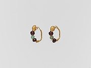 Gold earring with woman&#39;s head and beryl and garnet beads