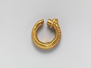 Gold earring with filigree decoration