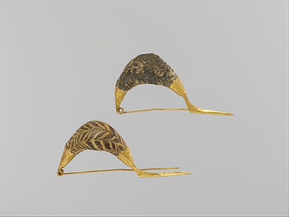 Gold sanguisuga-type fibulae (safety pins) with glass paste bows