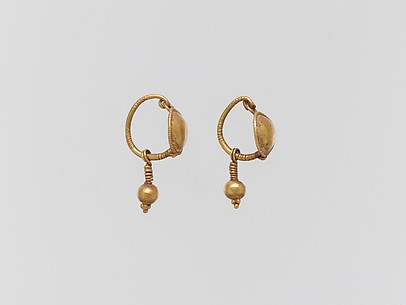 Gold earring with disc and pendant
