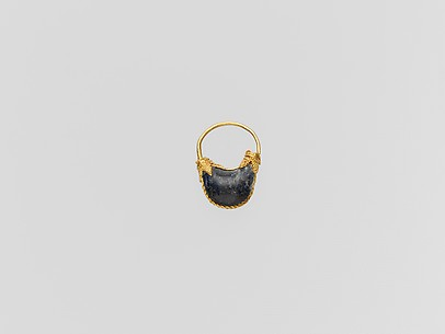Gold and lapis-lazuli boat-shaped earring