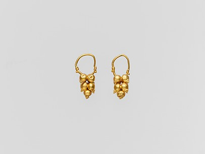 Gold earring with clustered spheres and pyramidal granulation