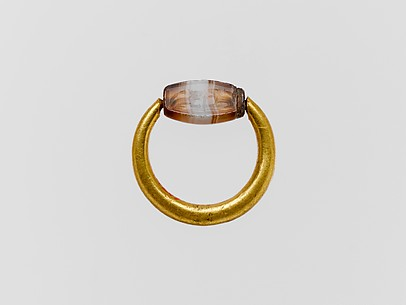Gold swivel ring with agate scaraboid