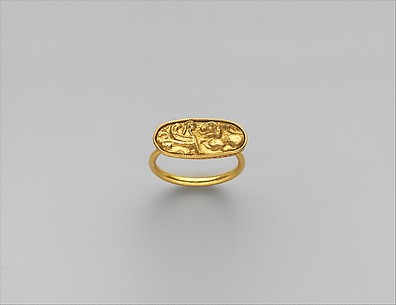 Gold ring, with stone missing from bezel