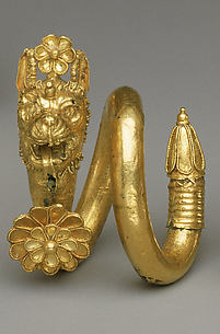 Gold and copper alloy spiral earring with lion-griffin head terminal
