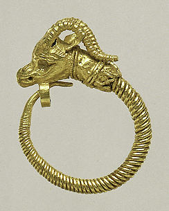 Gold earring with head of an antelope
