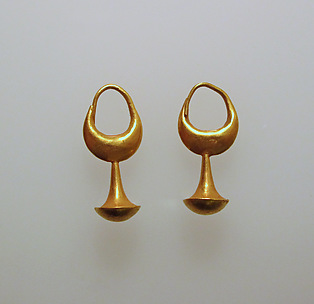 Earring with nail head pendant, 12