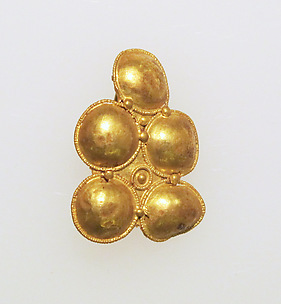 Gold hook type earring with discs in filigree