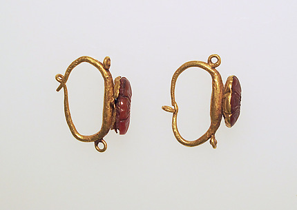 Earring with carnelian rosettes