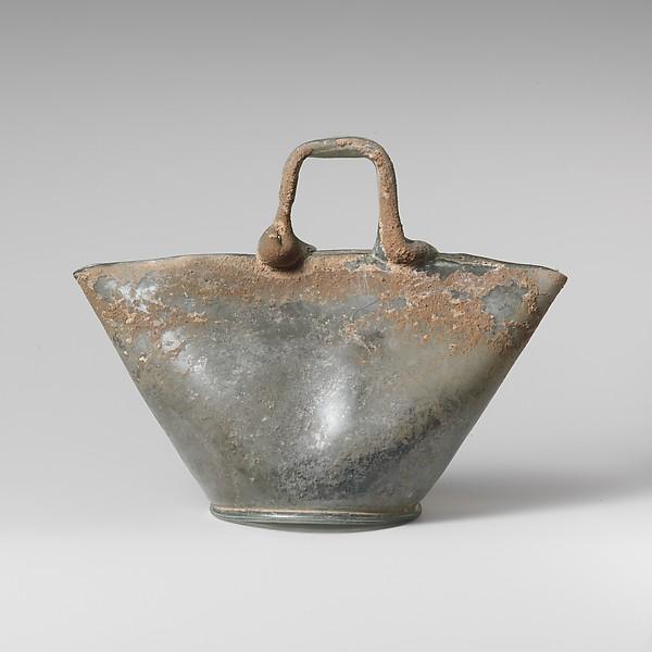 Glass vessel in the shape of a basket