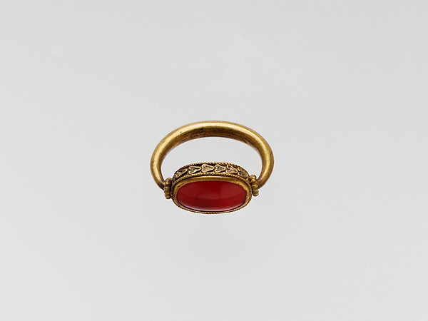 Gold ring with plain carnelian scaraboid