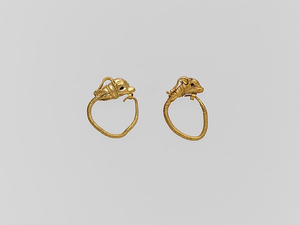 Gold earring with head of a gazelle