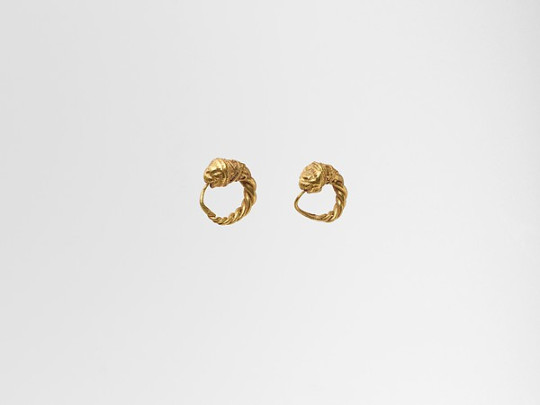 Gold earring with head of a lion