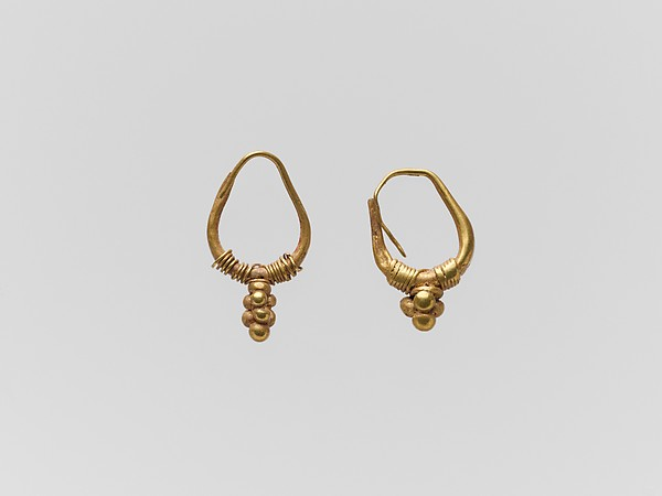 Gold earring with clustered sphere