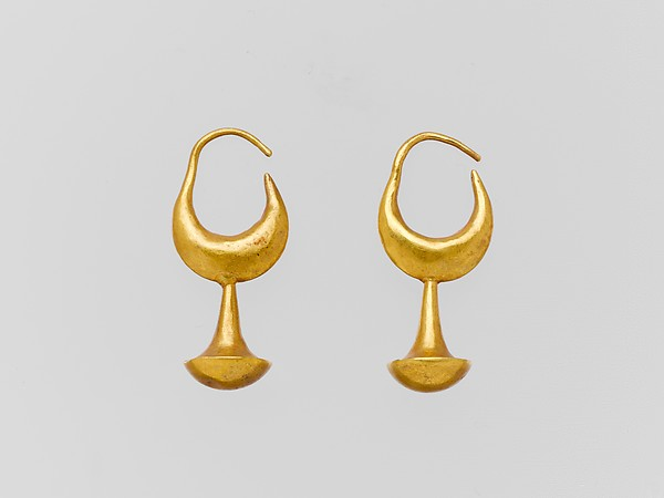 Gold earring with nail-head pendant