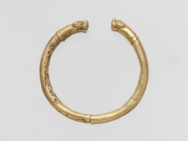 Gold bracelet with finials in the form of feline heads