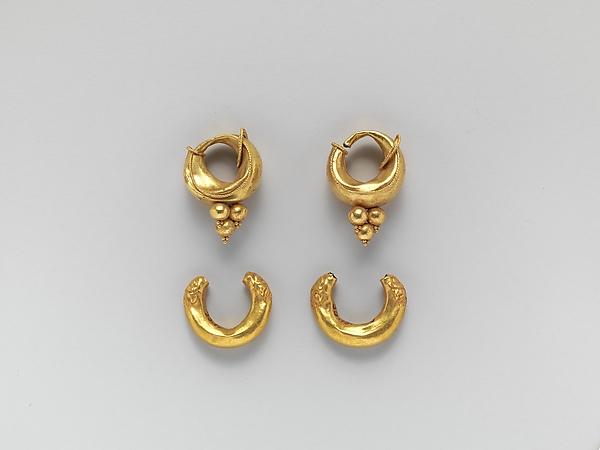 Gold boat-shaped earrings