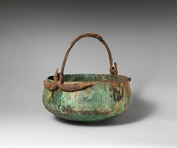 Bronze cauldron with swinging handle