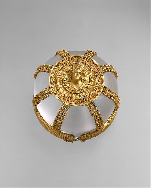 Gold openwork hairnet with medallion