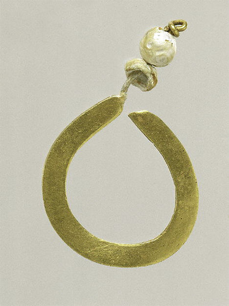 Gold and pearl earring (one of a pair)