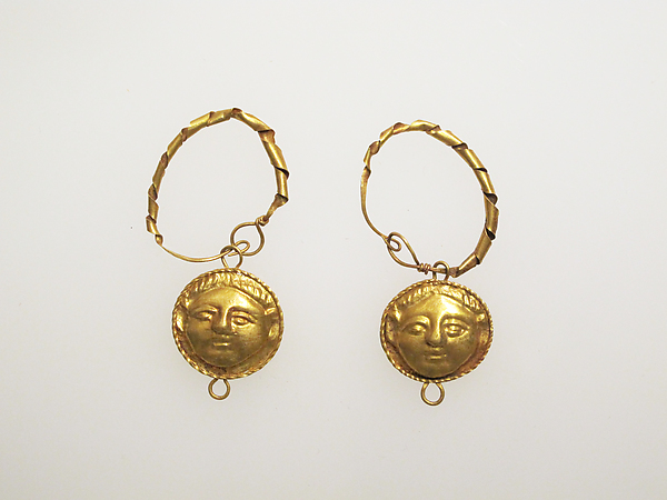 Earring with pendants of female heads
