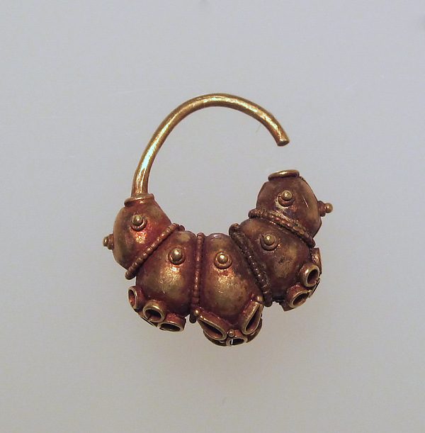 Earring with lobes and rosettes