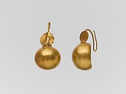 Gold earring with convex disk and small disk