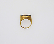 Gold finger ring with glass intaglio: a lioness