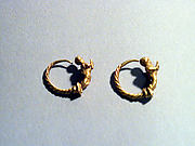 Pair of gold earrings with Erotes