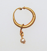 Gold earring with pearl pendant