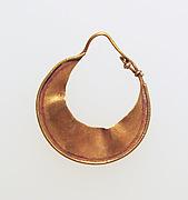 Earring, crescent-shaped
