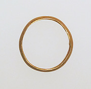 Ring with solid hoop