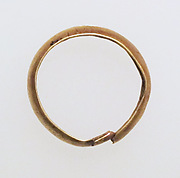 Ring with hollow hoop