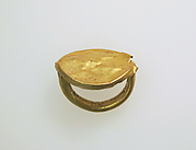 Gold ring with elliptical bezel