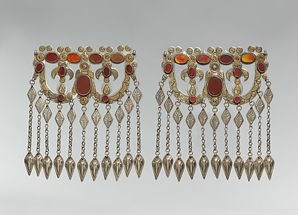 Dorsal headdress ornament
