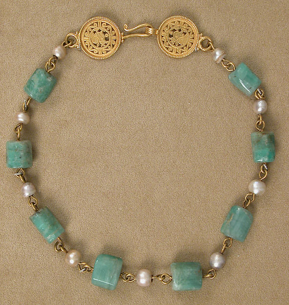 Gold Necklace with Pearls and Stones of Emerald Plasma