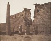 Louksor (Thèbes), Construction Antérieure - Pylône Colosses et Obélisque