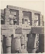 Karnak (Thèbes), Palais - Salle Hypostyle - Fenêtre et Chapiteaux des Galeries Latérales