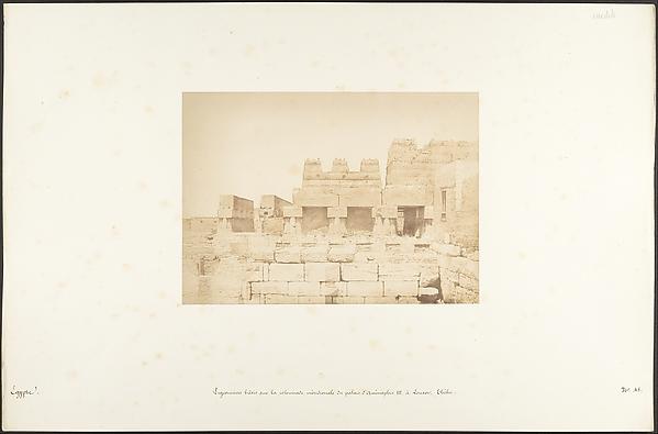 Pigeonniers bâtis sur la colonnade méridionale du palais d'Aménophis III, à Louxor, Thèbes