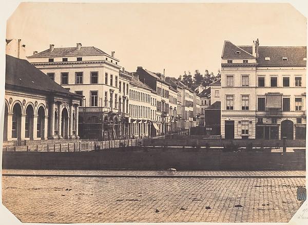 Vue de face du balcon avant l'entière construction de la place
