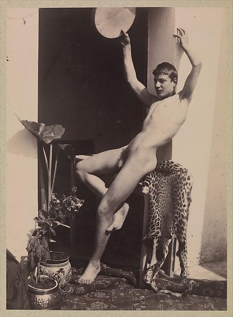 [Desnudo de hombre joven sentado en la piel de leopardo]