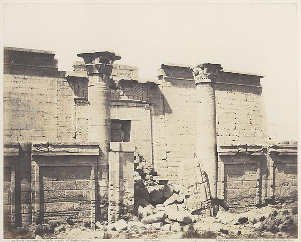 Médînet-Abou (Thèbes), Construction Antérieures - Entrée Principale