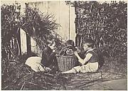 Trois jeunes enfants assis autour d'un panier