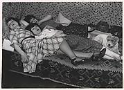 Kiki de Montparnasse avec ses amies Thérèse et Lily (devenue Mme. Dubuffet, la femme du peintre). Kiki est au fond, Lily au milieu