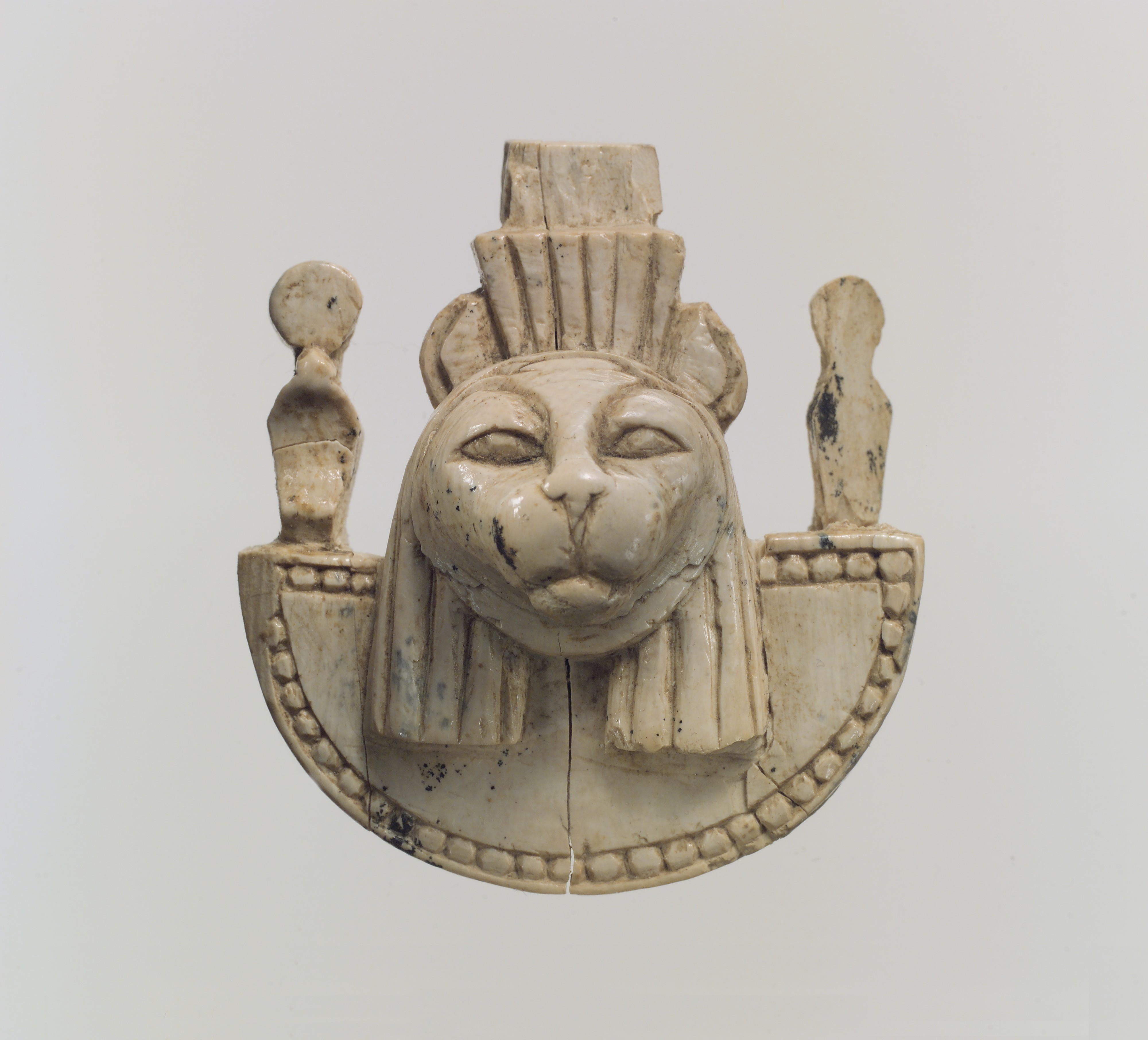 Openwork furniture plaque with the head of a feline.